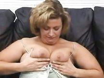 Matura tettona eccitata si scopa con un enorme sex toy