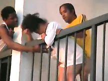 Il mio vicino di casa nero scopa la sua ragazza davanti a tutti