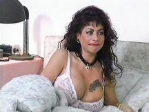 Donna tatuata gola profonda