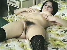 Bella babe calda ama scopare col dito la sua figa pelosa