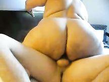 Grassa moglie nera cavalca il cazzo con un plug nel culo