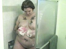 Grassa milf puttana sotto la doccia