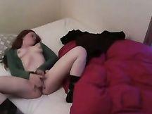 Collegiale sexy si masturba nella mia camera da letto