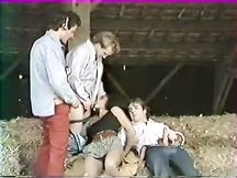 Calda chica nera sbattuta da tre uomini eccitati
