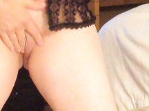 Moglie in lingerie mostra metà del suo corpo nudo