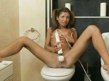 Ragazza bionda si masturba sul WC