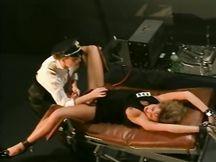 Matura poliziotta  sculaccia il culo sodo di bella ragazza