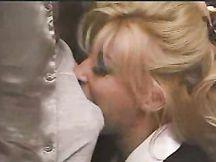 Video porno - mignotta bionda fa soffocone a cazzo duro