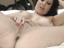 Calda camgirl nuda si masturba