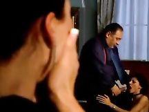 Si scopa la figlia mentre la moglie guarda