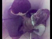 Spiati mentre fanno sesso nel bagno della disco