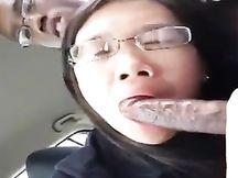 Pompino in auto di una adolescente asiatica