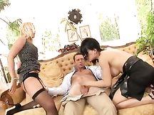 Riccone fa sesso a pagamento con 2 escort