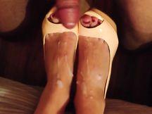 FootJob con sborrata su piedi e scarpe