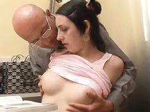 Il papà si scopa la figliola al ritorno dal lavoro