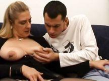 La mammina svergina il figliolo segaiolo