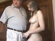 Ragazzina gira un porno con un vecchio pervertito