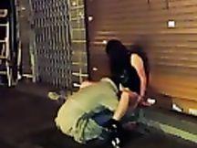Fa un ditalino alla fidanzata ubriaca per strada