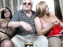 Orgia con due trans italianissime