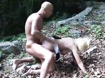 Prostituta stuprata nel bosco