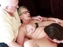 Moglie 75enne si fa chiavare da giovane toro da monta