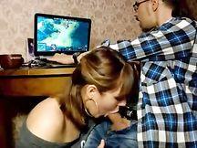 Pompino al fidanzato NERD mentre gioca al PC