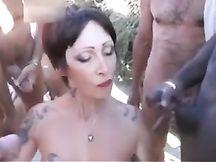 GangBang orale in spiaggia per una MILF tatuata