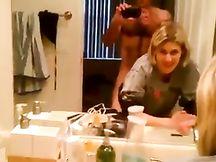 La moglie lo vuole a pecorina nel bagno