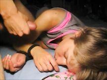 Sborra in faccia alla fidanzata che dorme