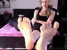 Mistress Uzi umilia un feticista dei piedi