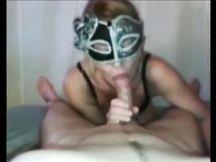 MILF mascherata succhia il cazzo