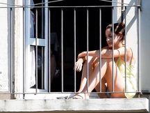La mia vicina porca mentre fuma in balcone