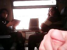 Lo tiro fuori davanti a 2 italiane sul treno