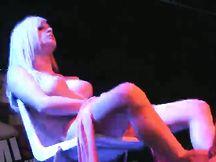 Noemi Blonde sexy strip in pubblico