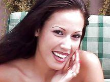Bellezza latina gioca con mega vibratore