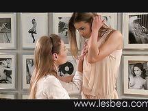 Vergine lesbica fa un ditalino