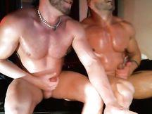 Il sogno di ogni gay: due gay muscolosi come loro !