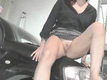Amatoriale scopata sul cofano dell'auto