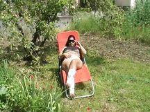 Maryelyn, in giardino mentre fa relax sulla sdraio, viene importunata dal vicino di casa