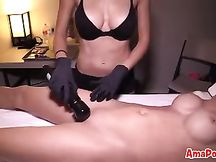 L'amica le masturba la fica