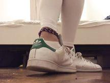 Studentessa esibisce piedi e calze