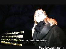 Studentessa biondina abbordata per strada