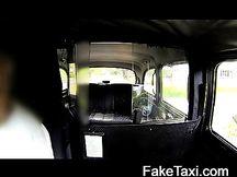 Bionda milf fa pompino in taxi