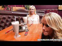 Bionda cameriera sexy seduce un cliente