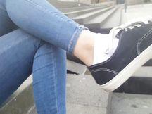 Esibizionista la mia amica, i suoi piedini