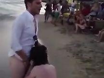 Italiano se lo fa succhiare in spiaggia davanti a tutti