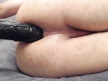 Allenamento anale con dildo nero