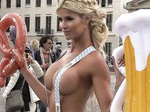 Bionda sexy nuda in piazza