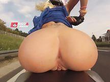 Gnocca in moto con meraviglioso culone nudo