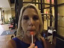 Attrice bionda esce dalla sua stanza con la sborra sul viso